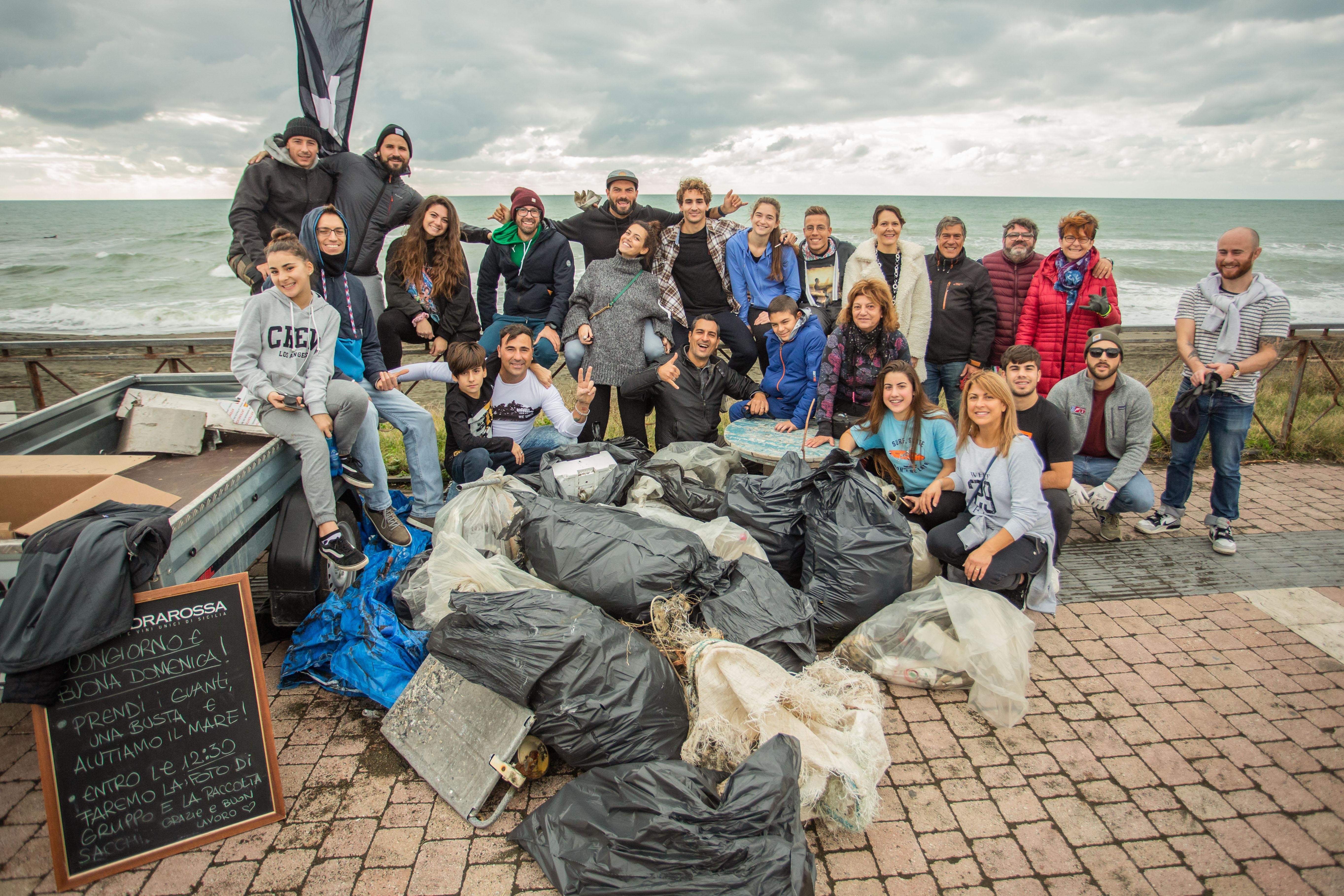 08/12/2019 Ladispoli. Il campione di surf Roberto D'amico lancia il #robycleanup, una settimana dedicata alla pulizia delle spiagge dalla plastica e dai rifiuti. Nella foto Roberto DÕamico e i volontari